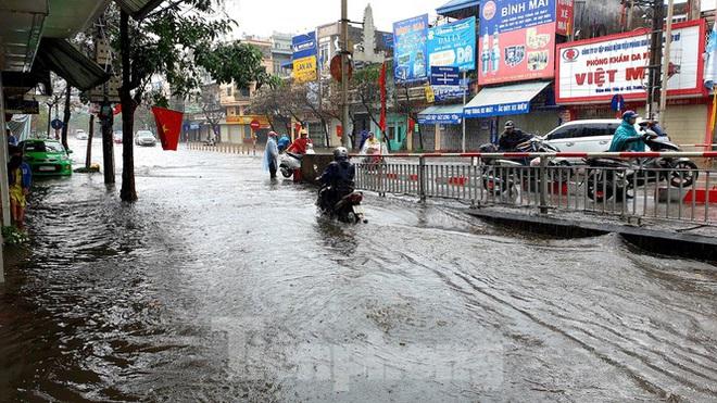 Nam Định ngập sâu, người dân thúc thủ trong nhà ngày mùng 1 Tết - Ảnh 3.