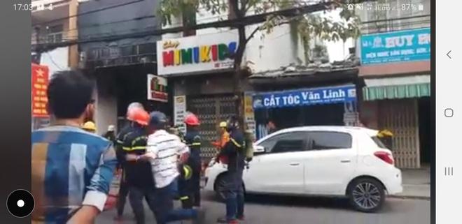 Cứu thoát 2 người bị kẹt trong đám cháy tiệm áo cưới ngày đầu năm Canh Tý - Ảnh 2.