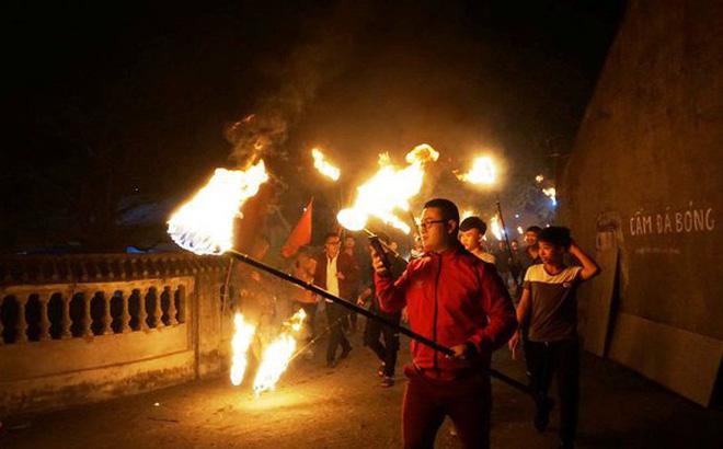 """Độc đáo phong tục xin """"lửa thánh"""" về nhà trong đêm giao thừa ở Nam Định"""