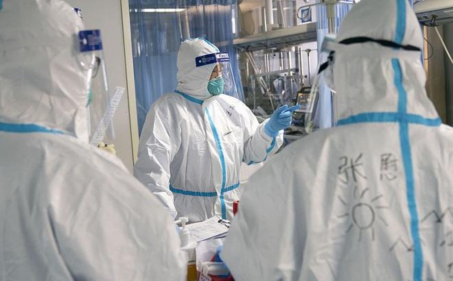 Viêm phổi do virus corona hoành hành: Bác sĩ mặc bỉm, tay trắng bệch vì điều trị cho bệnh nhân