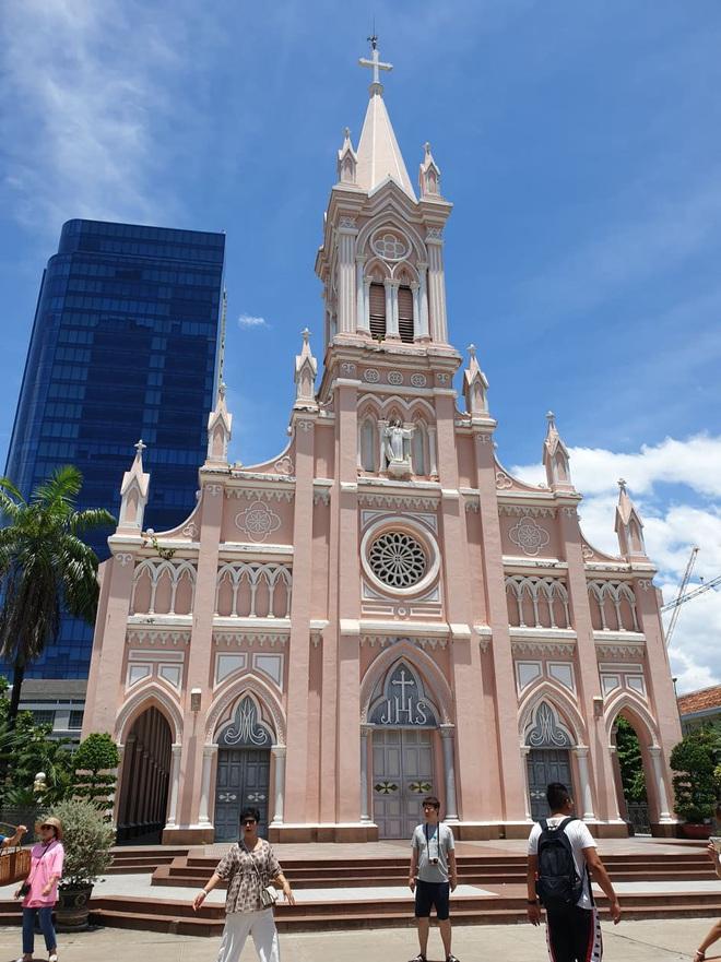 Nhà thờ Chính tòa Đà Nẵng lo ngại dịch bệnh, ngưng đón khách - Ảnh 1.