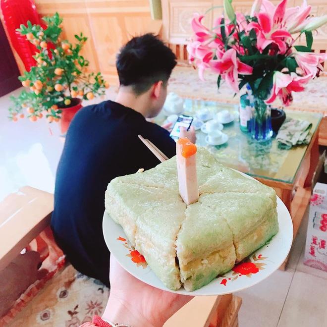 Sinh nhật anh trai đúng mùng 2 Tết, em gái tặng món quà bất ngờ từ bánh chưng khiến dân tình không thể nhịn cười - Ảnh 1.