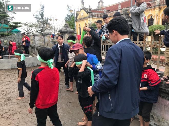 Độc đáo hội chợ câu vịt, bịt mắt bắt lợn tổ chức 1 năm 1 lần  - Ảnh 4.