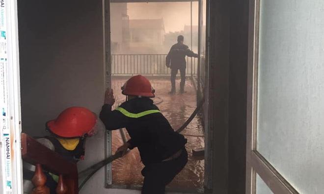 Thắp hương tết cháy nhà tầng, cảnh sát lao vào giải cứu cụ bà 80 tuổi - Ảnh 1.