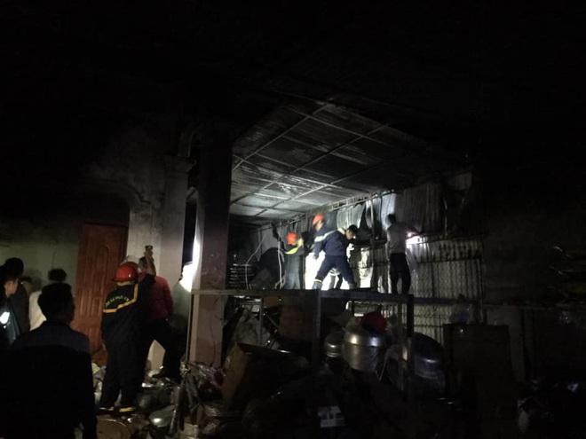 Thắp hương tết cháy nhà tầng, cảnh sát lao vào giải cứu cụ bà 80 tuổi - Ảnh 3.