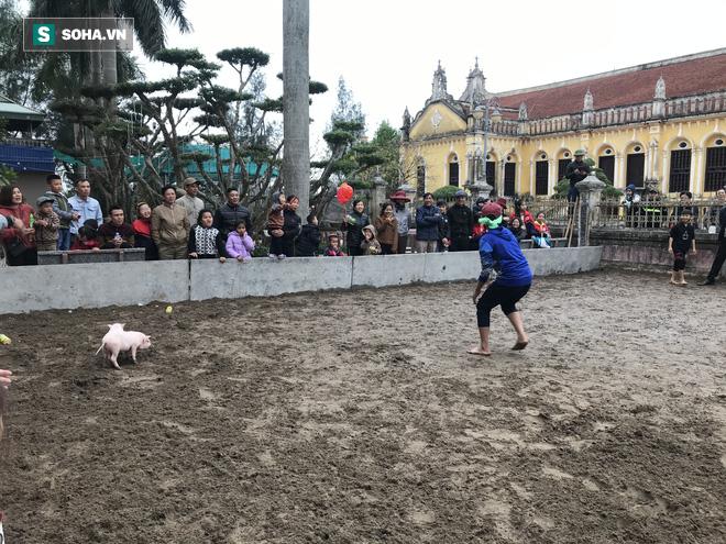Độc đáo hội chợ câu vịt, bịt mắt bắt lợn tổ chức 1 năm 1 lần  - Ảnh 6.