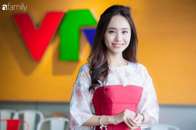 Đột nhập hậu trường của đài VTV để gặp BTV thời tiết Xuân Anh và lần đầu chia sẻ chuyện đi làm vào mùa Tết hiếm khán giả truyền hình nào biết được - Ảnh 2.