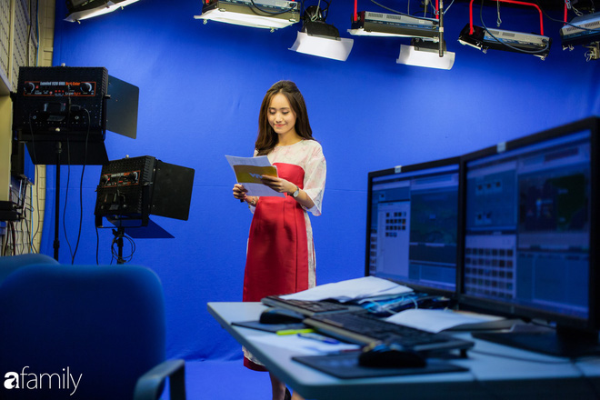Đột nhập hậu trường của đài VTV để gặp BTV thời tiết Xuân Anh và lần đầu chia sẻ chuyện đi làm vào mùa Tết hiếm khán giả truyền hình nào biết được - Ảnh 6.