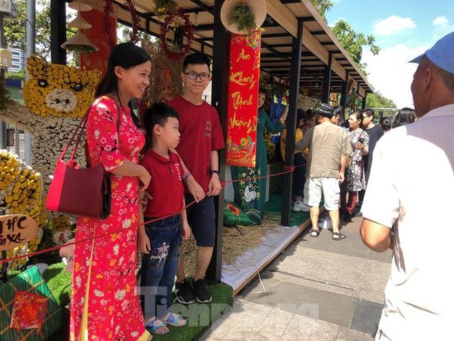 Vì sao tiểu cảnh ở phố đi bộ Nguyễn Huệ tả tơi - Ảnh 22.