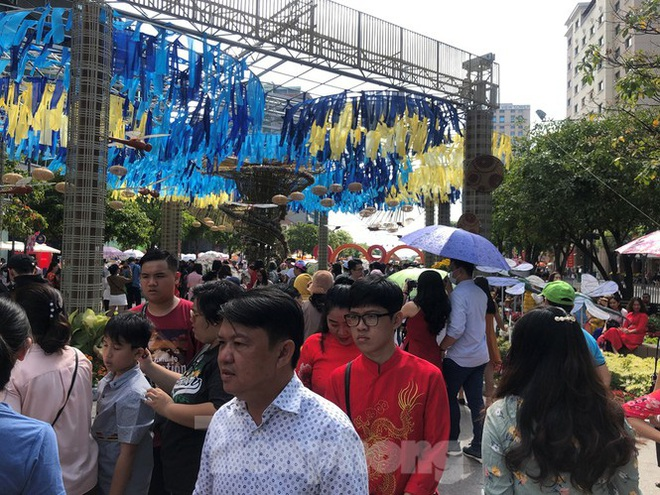 Vì sao tiểu cảnh ở phố đi bộ Nguyễn Huệ tả tơi - Ảnh 5.