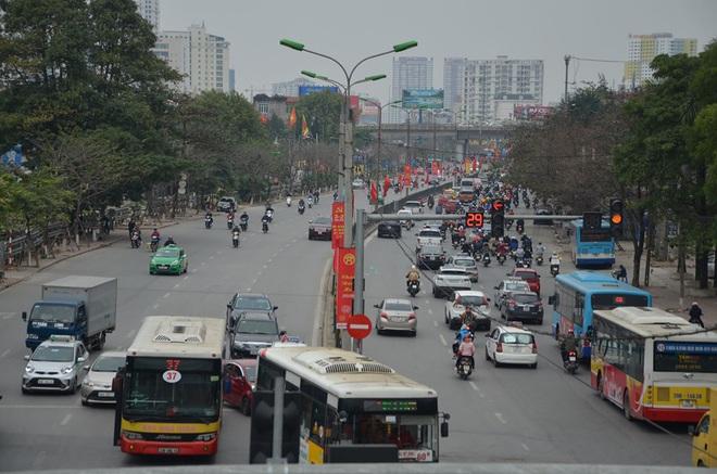 Hình ảnh lạ trên đường phố Hà Nội sau kỳ nghỉ Tết Nguyên đán - Ảnh 4.