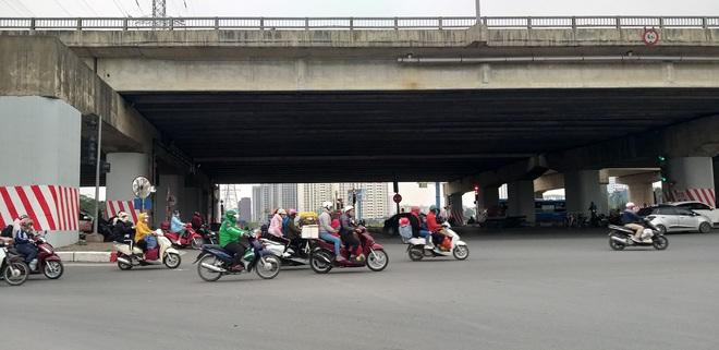 Hình ảnh lạ trên đường phố Hà Nội sau kỳ nghỉ Tết Nguyên đán - Ảnh 3.