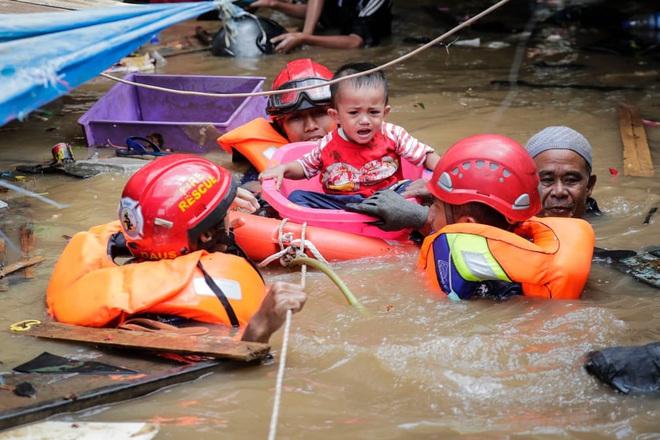 24h qua ảnh: Lũ lụt khủng khiếp ở thủ đô của Indonesia - Ảnh 3.