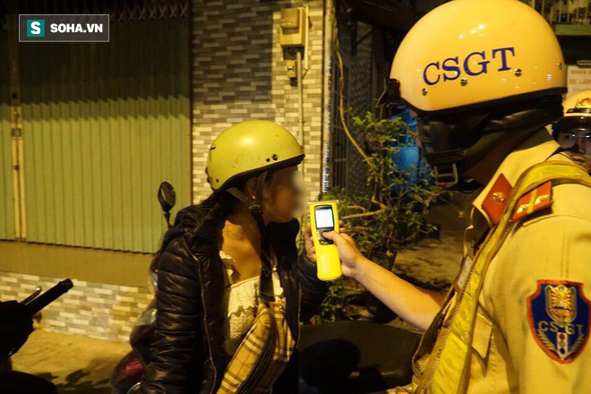 Bị CSGT dừng xe kiểm tra nồng độ cồn, đôi nam nữ phóng xe tháo chạy gây tai nạn trên đường phố Sài Gòn - Ảnh 4.
