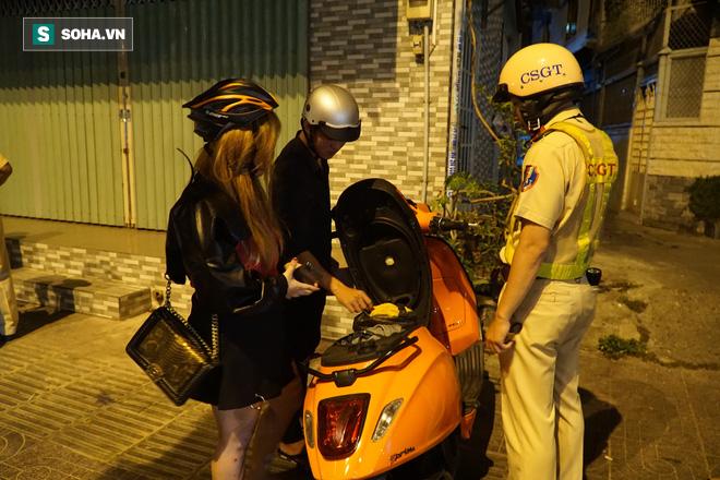 Bị CSGT dừng xe kiểm tra nồng độ cồn, đôi nam nữ phóng xe tháo chạy gây tai nạn trên đường phố Sài Gòn - Ảnh 7.