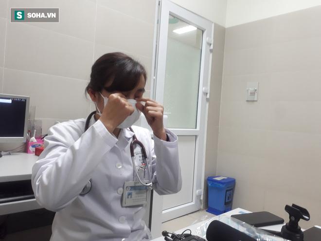 Bác sĩ hướng dẫn đeo khẩu trang y tế đúng cách để phòng lây nhiễm virus corona - Ảnh 1.
