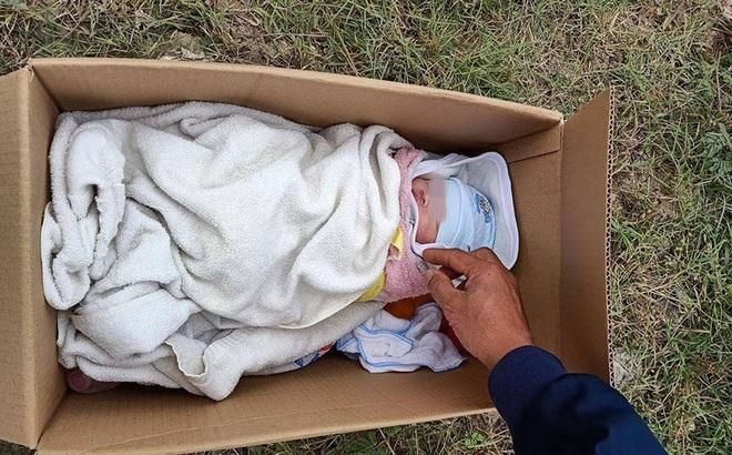 Sáng sớm mở cửa nhà thì phát hiện bé gái sơ sinh bị bỏ rơi