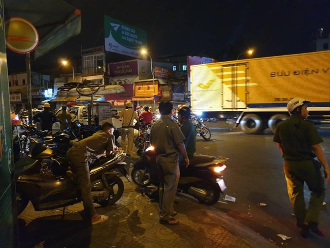 Đang vây bắt kẻ nghi ngáo đá cầm lựu đạn cố thủ gần Ngân hàng Đông Á ở Sài Gòn - Ảnh 2.