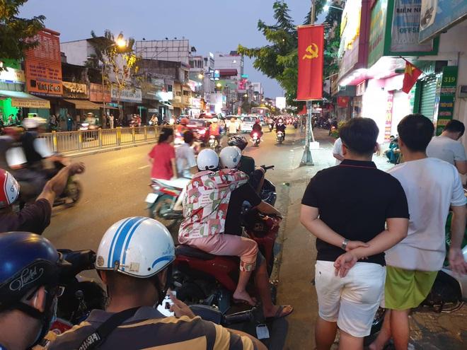 Đang vây bắt kẻ nghi ngáo đá cầm lựu đạn cố thủ gần Ngân hàng Đông Á ở Sài Gòn - Ảnh 1.