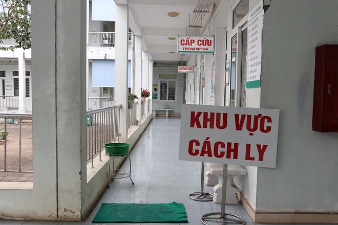 Lào Cai cách ly, theo dõi 9 người nghi nhiễm virus corona:  5 người sức khỏe đã ổn định - Ảnh 2.