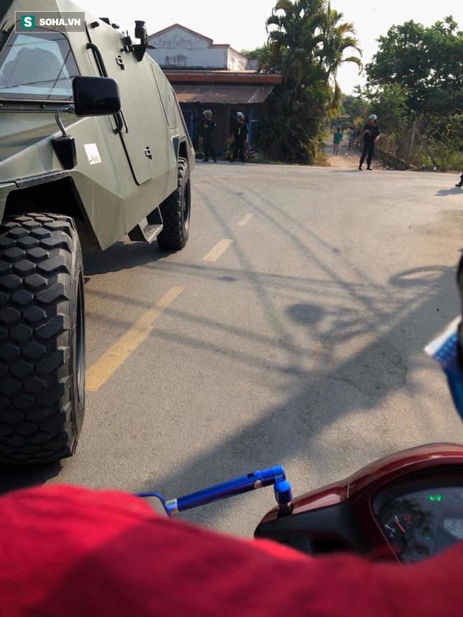 500 cảnh sát trang bị vũ khí đang truy bắt kẻ bắn chết 5 người ở Sài Gòn: Dùng flycam để áp sát vòng vây - Ảnh 14.