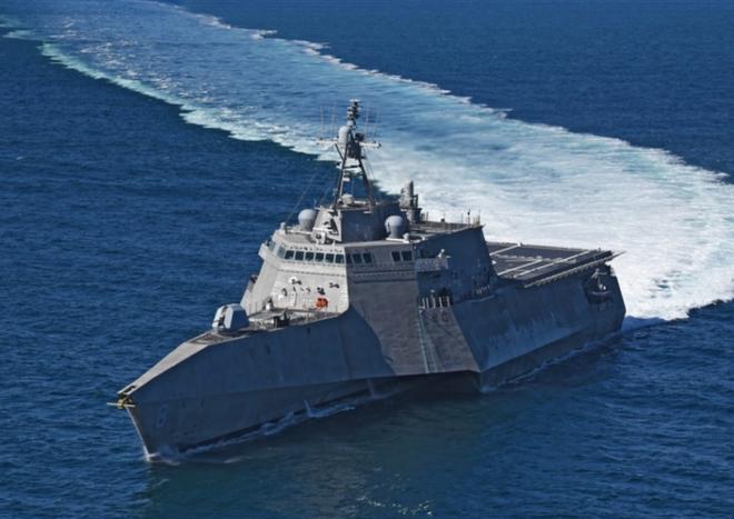 [ẢNH] Quái vật ba thân của Mỹ bất ngờ áp sát đảo phi pháp trên biển Đông - Ảnh 2.