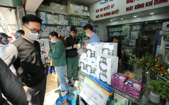 Chợ vật tư y tế Hà Nội đông nghẹt người, 20 phút khẩu trang phòng Corona lên giá một lần