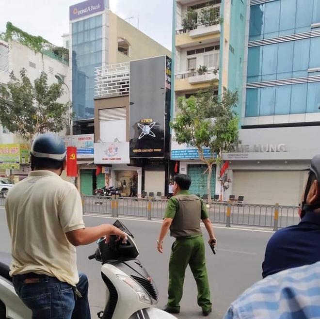 Bắt đối tượng nghi ôm lựu đạn cố thủ ở Sài Gòn  - Ảnh 2.