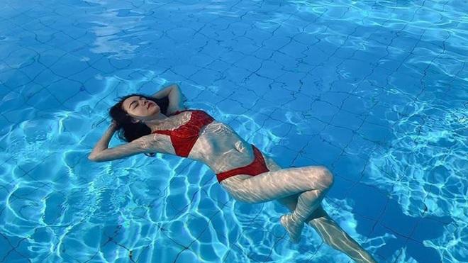Hình ảnh bikini gợi cảm hiếm hoi của nữ ca sĩ Phạm Quỳnh Anh - Ảnh 2.