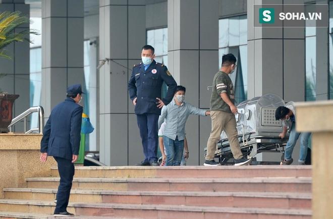 Cận cảnh một bệnh nhân trở về từ Vũ Hán nghi nhiễm virus Corona được kiểm tra y tế tại Hà Nội - Ảnh 15.