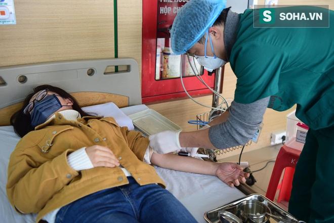 Cận cảnh một bệnh nhân trở về từ Vũ Hán nghi nhiễm virus Corona được kiểm tra y tế tại Hà Nội - Ảnh 4.
