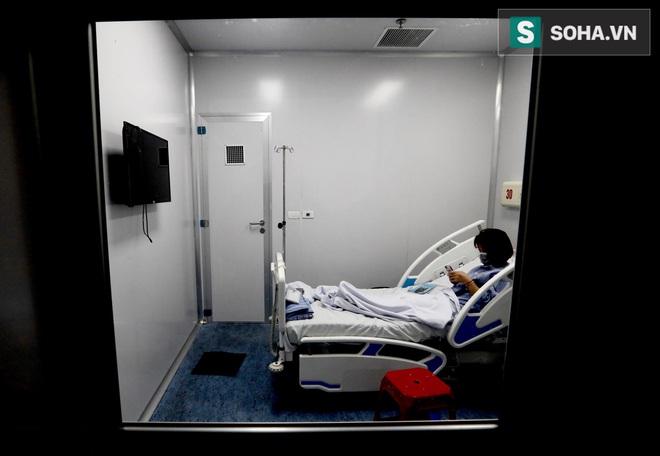 Cận cảnh một bệnh nhân trở về từ Vũ Hán nghi nhiễm virus Corona được kiểm tra y tế tại Hà Nội - Ảnh 11.