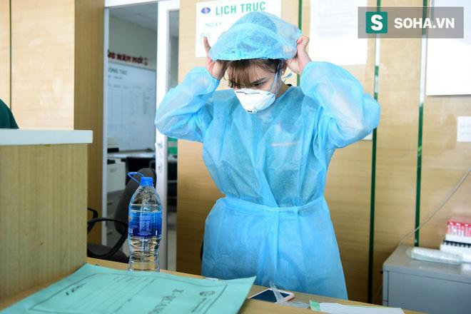 Cận cảnh một bệnh nhân trở về từ Vũ Hán nghi nhiễm virus Corona được kiểm tra y tế tại Hà Nội - Ảnh 13.