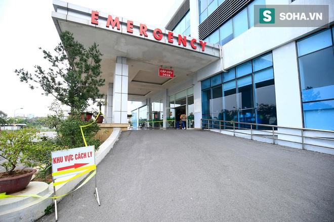Cận cảnh một bệnh nhân trở về từ Vũ Hán nghi nhiễm virus Corona được kiểm tra y tế tại Hà Nội - Ảnh 1.