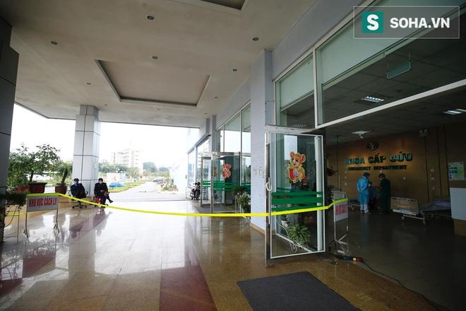 Cận cảnh một bệnh nhân trở về từ Vũ Hán nghi nhiễm virus Corona được kiểm tra y tế tại Hà Nội - Ảnh 2.
