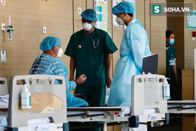 Cận cảnh một bệnh nhân trở về từ Vũ Hán nghi nhiễm virus Corona được kiểm tra y tế tại Hà Nội - Ảnh 9.