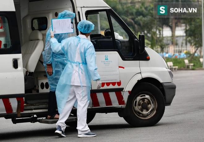 Cận cảnh một bệnh nhân trở về từ Vũ Hán nghi nhiễm virus Corona được kiểm tra y tế tại Hà Nội - Ảnh 16.