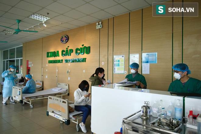 Cận cảnh một bệnh nhân trở về từ Vũ Hán nghi nhiễm virus Corona được kiểm tra y tế tại Hà Nội - Ảnh 3.