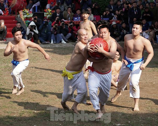 Mãn nhãn với trai làng tranh cướp nhau quả cầu nặng gần 20kg ở Hà Nội - Ảnh 11.