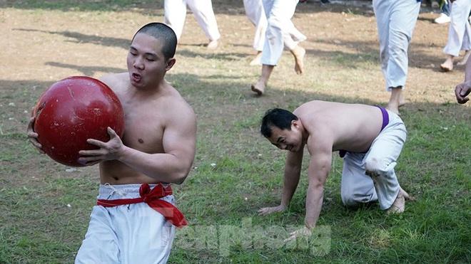 Mãn nhãn với trai làng tranh cướp nhau quả cầu nặng gần 20kg ở Hà Nội - Ảnh 12.