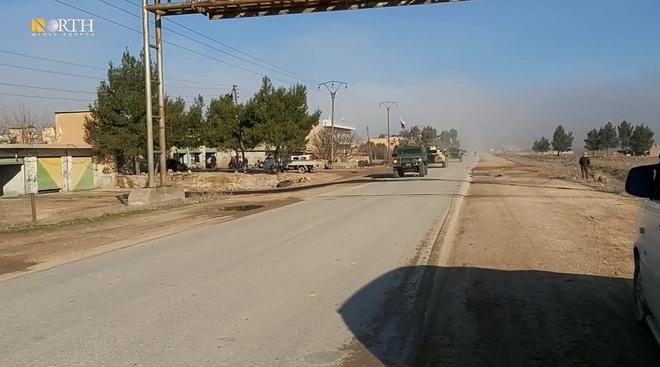 Mỹ bất ngờ tiếp tục chặn đoàn xe tuần tra của quân cảnh Nga - Ảnh 12.