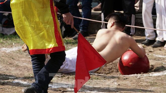 Mãn nhãn với trai làng tranh cướp nhau quả cầu nặng gần 20kg ở Hà Nội - Ảnh 13.