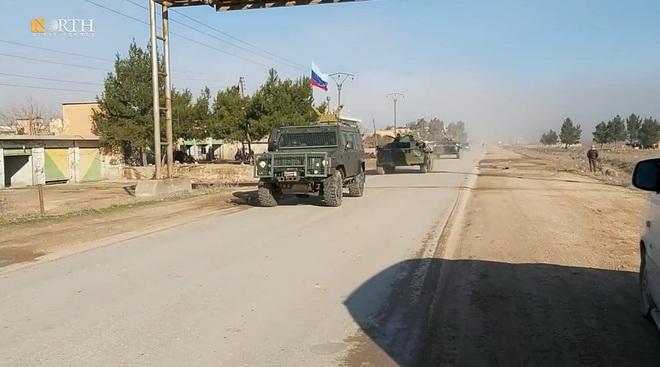 Mỹ bất ngờ tiếp tục chặn đoàn xe tuần tra của quân cảnh Nga - Ảnh 13.