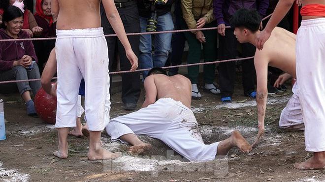 Mãn nhãn với trai làng tranh cướp nhau quả cầu nặng gần 20kg ở Hà Nội - Ảnh 14.
