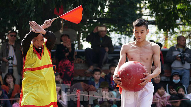 Mãn nhãn với trai làng tranh cướp nhau quả cầu nặng gần 20kg ở Hà Nội - Ảnh 15.