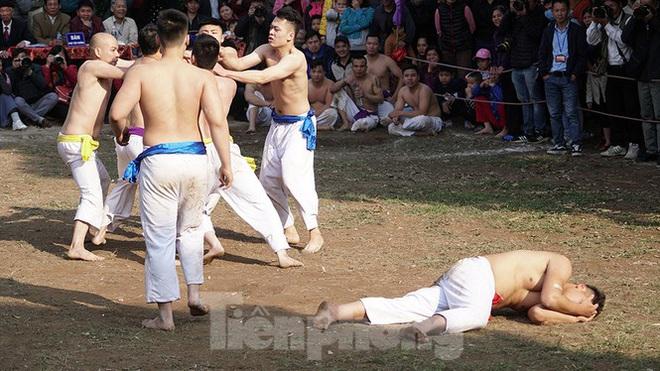 Mãn nhãn với trai làng tranh cướp nhau quả cầu nặng gần 20kg ở Hà Nội - Ảnh 16.