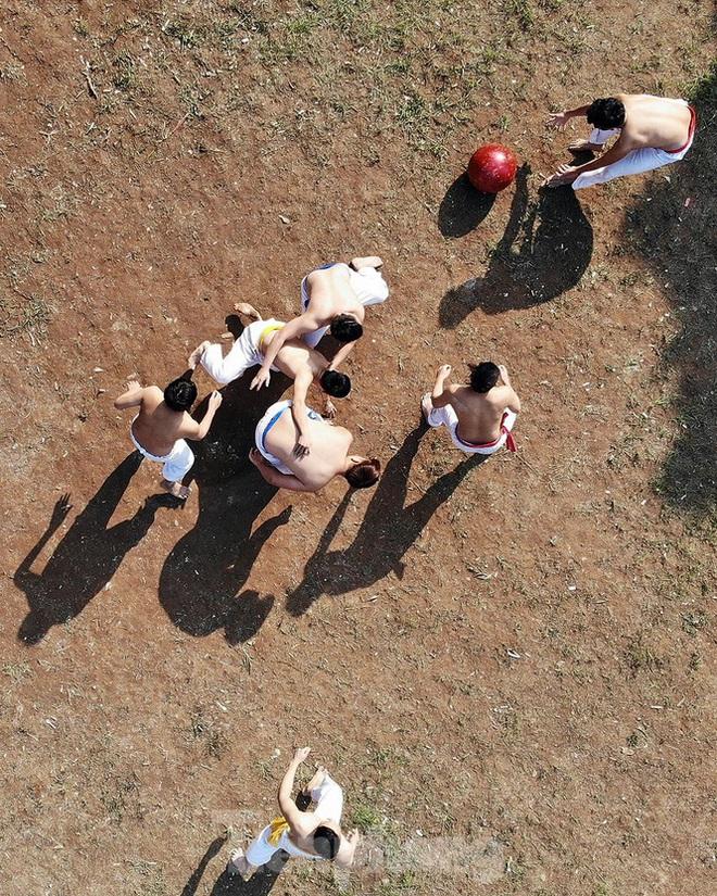 Mãn nhãn với trai làng tranh cướp nhau quả cầu nặng gần 20kg ở Hà Nội - Ảnh 3.