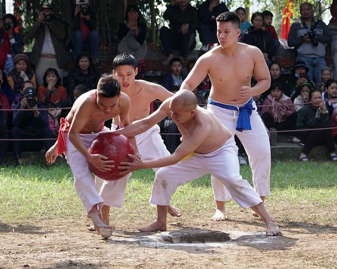 Mãn nhãn với trai làng tranh cướp nhau quả cầu nặng gần 20kg ở Hà Nội - Ảnh 4.