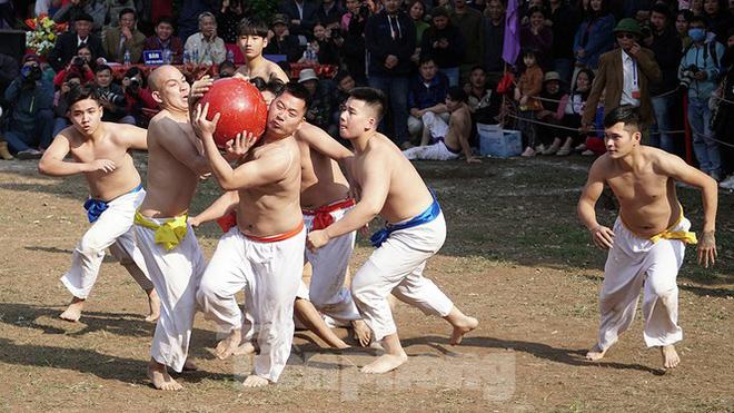 Mãn nhãn với trai làng tranh cướp nhau quả cầu nặng gần 20kg ở Hà Nội - Ảnh 5.