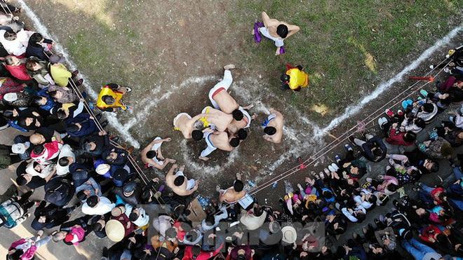 Mãn nhãn với trai làng tranh cướp nhau quả cầu nặng gần 20kg ở Hà Nội - Ảnh 6.